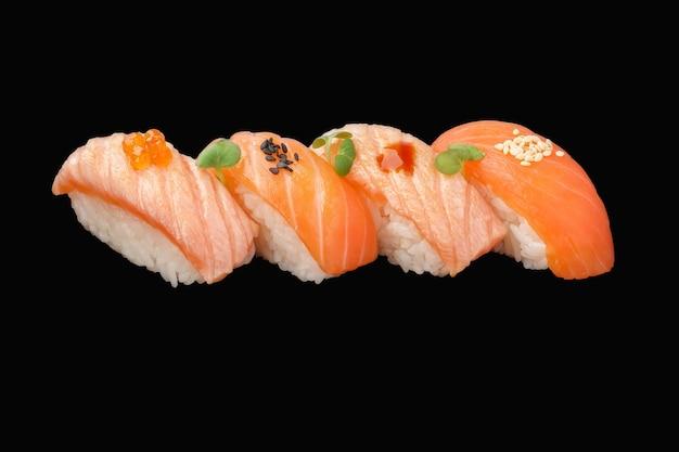 Nigiri sushi set norueguês de salmão fresco e frito, molho sriracha, microgreen, sementes de gergelim, caviar isolado