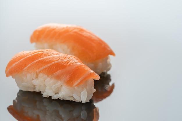 Niguiri comida japonesa, carne de salmão em close-up de reflexão.