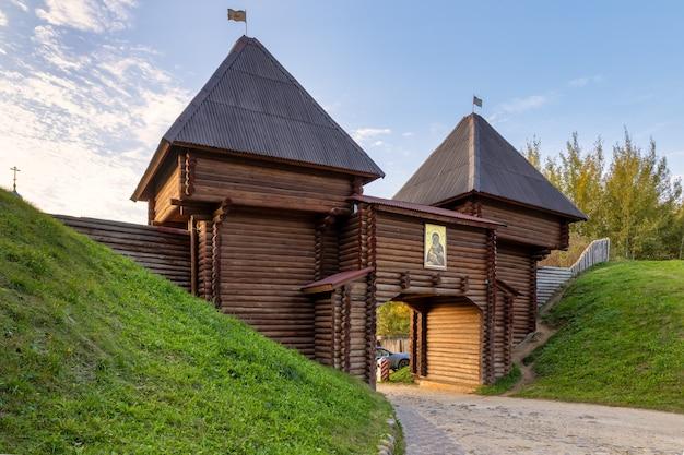 Nikolsky gate of dmitrov kremlin entrada de madeira entre muralhas de barro