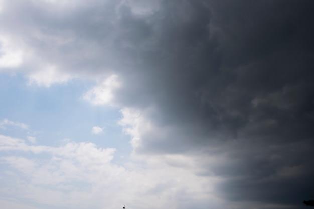 Nimbus clouds and sunshine sky origens naturais