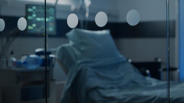 Ninguém na enfermaria de emergência do hospital em unidade de saúde para tratamento intensivo e cirurgia de recuperação ...