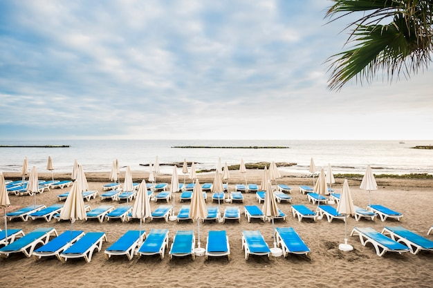 Ninguém na praia, sem clientes vazios, negócios de verão