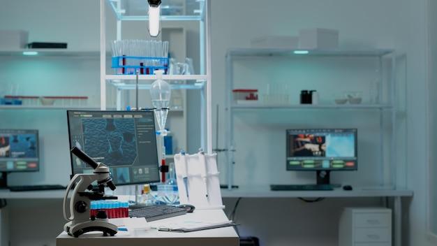 Ninguém no laboratório científico com instrumentos de pesquisa