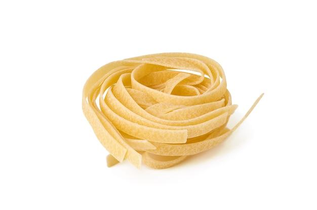 Ninho de macarrão tagliatelle cru isolado no fundo branco