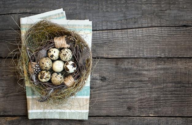 Ninho de ovos de páscoa, fundo rústico de madeira