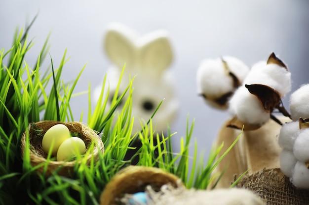 Ninho de pássaro com ovos. ramos de salgueiro e primeiros verdes. fundo de páscoa. domingo de ramos. feriado cristão. fundo de primavera.