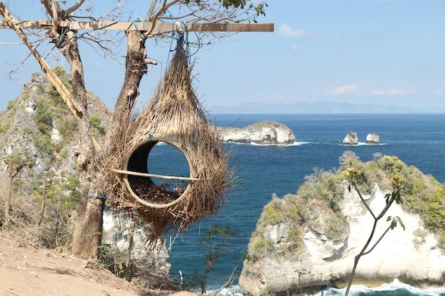 Ninho de pássaro de palha, área de fotos turísticas na ilha de nusa penida, perto de bali, indonésia, orientação horizontal