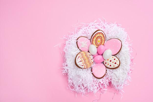 Ninho de pássaro decorativo cheio de ovos de páscoa coloridos