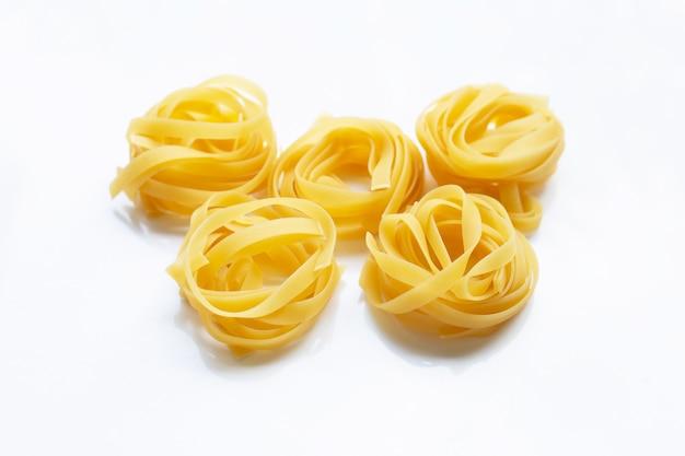 Ninho de tagliatelle de massa italiana em branco