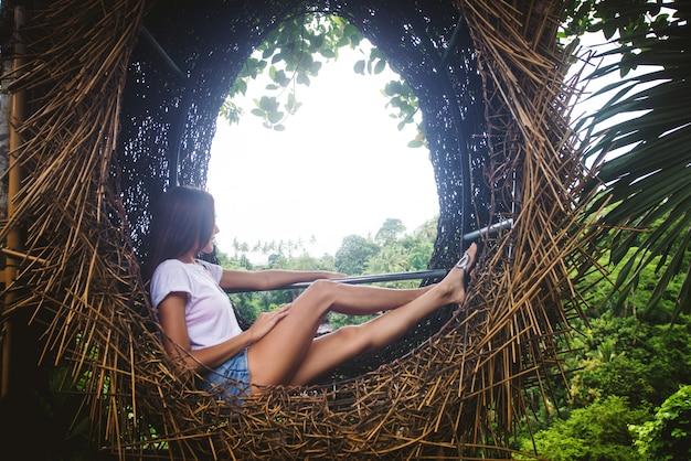 Ninho decorativo na selva da ilha de bali, indonésia