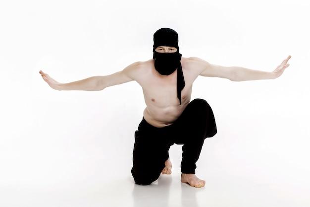 Ninja em fundo branco lutador masculino em roupas pretas