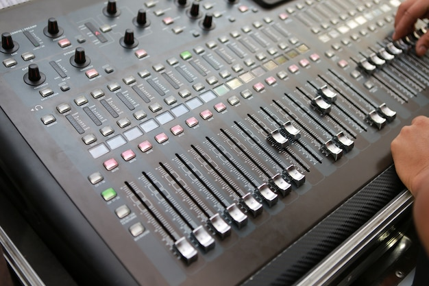 Níveis de som em um mixer de áudio profissional, painel de controle de música.