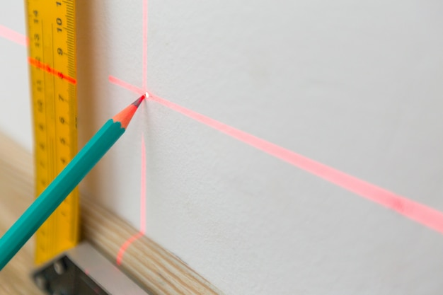 Nível de laser e linhas na parede