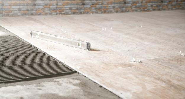 Nível no chão. instalação de telhas