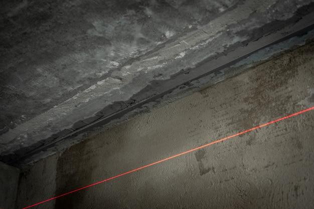 Nivelamento do teto com gesso utilizando balizas.