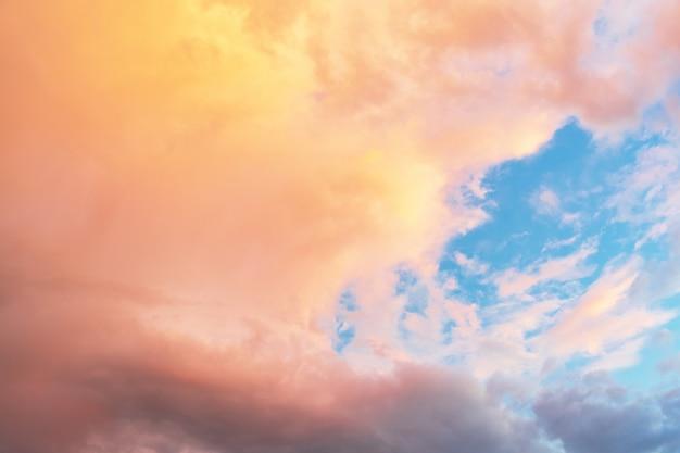 Nivelando o céu tempestuoso brilhante no fundo do verão, thunderclouds.