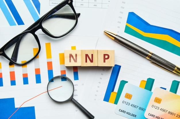 Nnp com gráficos e relatórios em papel.