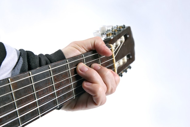 No acorde tocando violão clássico, close-up