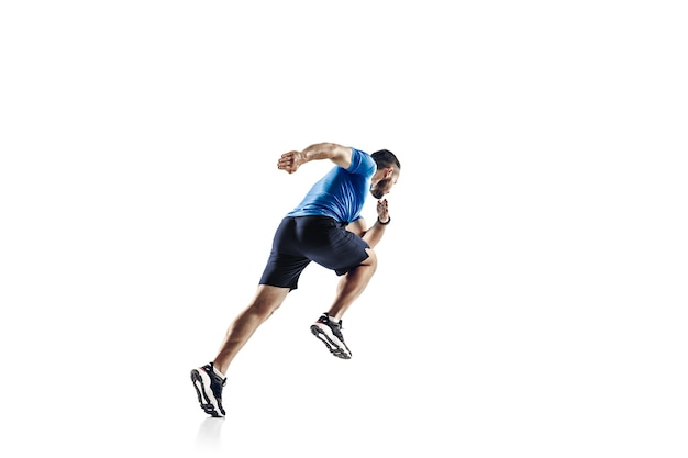 No ar. atleta masculino profissional caucasiano, treinamento de corredor isolado no fundo branco.