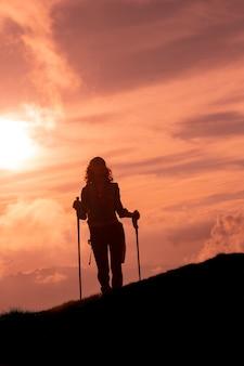 No caminho de uma peregrinação, uma mulher sozinha