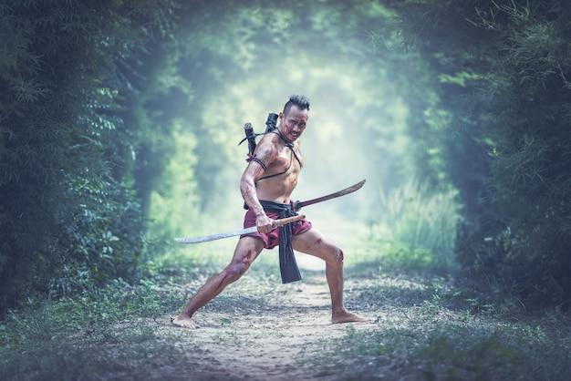 No campo de batalha, guerreiro tradicional na tailândia