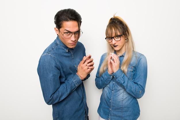 No dia dos namorados casal jovem com óculos planejando algo
