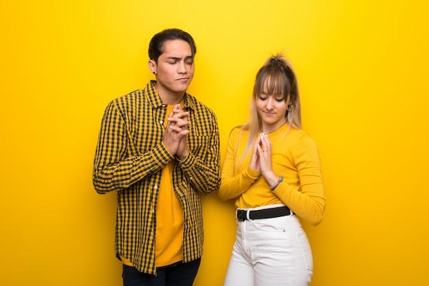 No dia dos namorados casal jovem sobre fundo amarelo vibrante planejando algo