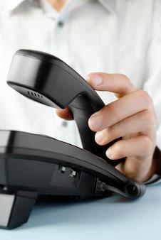 No escritório de um homem segurando o telefone