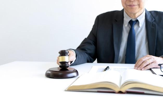 No escritório do juiz ou advogado