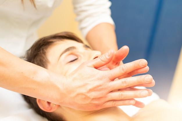 No estúdio de estética, é realizada uma massagem facial relaxante
