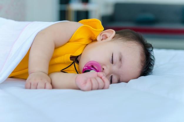 No feriado, bebê dormindo na cama