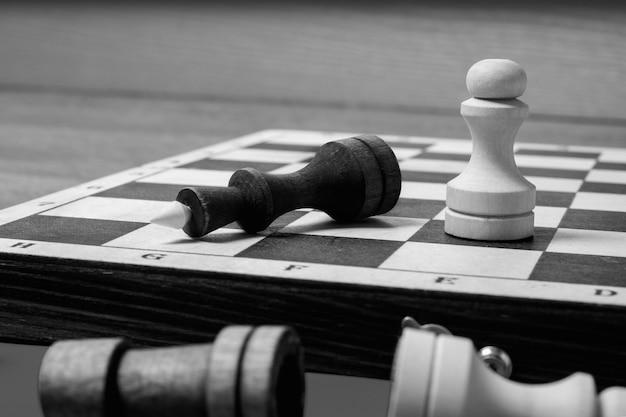 No final do jogo de xadrez, o peão branco derrotou o rei escuro.