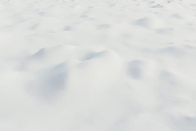 No inverno, montes de neve branca como ondas. foto de alta qualidade