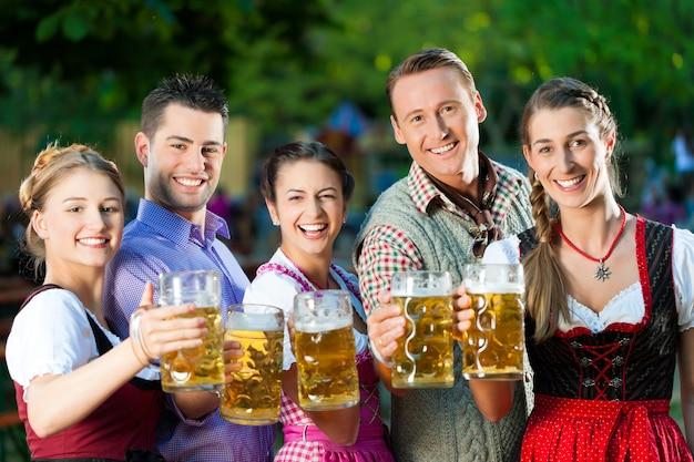 No jardim da cerveja - amigos bebendo cerveja