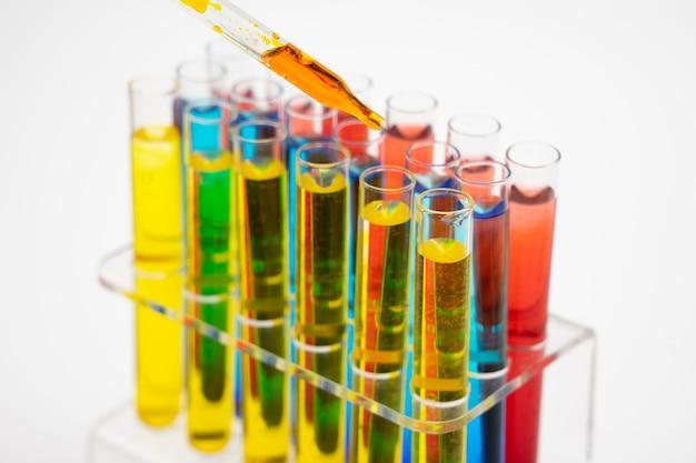 No laboratório, os cientistas sintetizaram e analisaram o composto, soltando líquido colorido