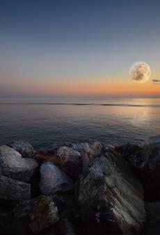 No mar azul da ligúria incrível luar