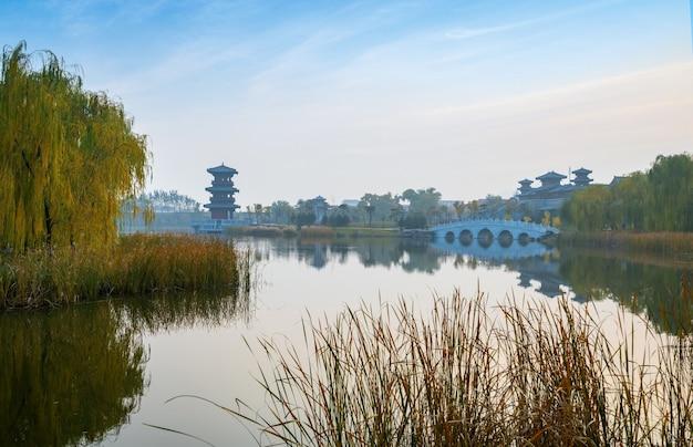 No outono, lofts de edifícios antigos e árvores de ginkgo estão em jinci park, taiyuan, shanxi, china