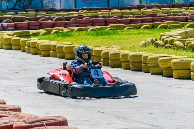 No parque da cidade de chkalov houve competições de kart entre crianças.