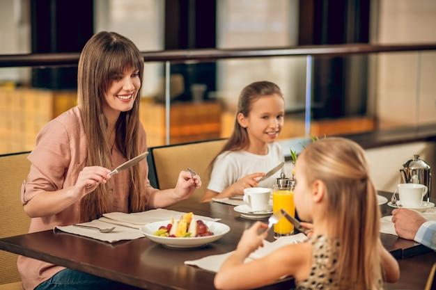 No restaurante. família feliz sentada à mesa do restaurante