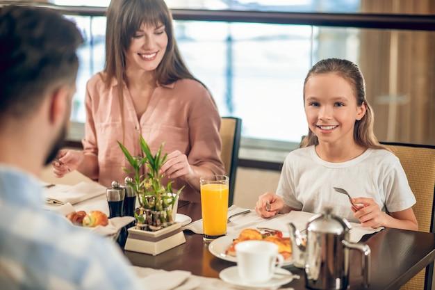 No restaurante. família jovem sentada à mesa do restaurante