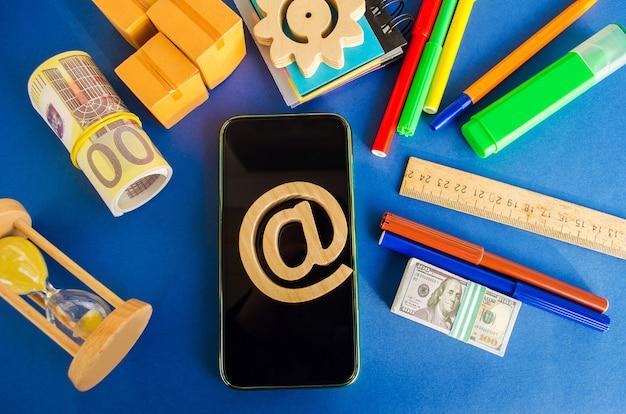 No símbolo comercial em um telefone móvel internet e tecnologias de comunicação global compras