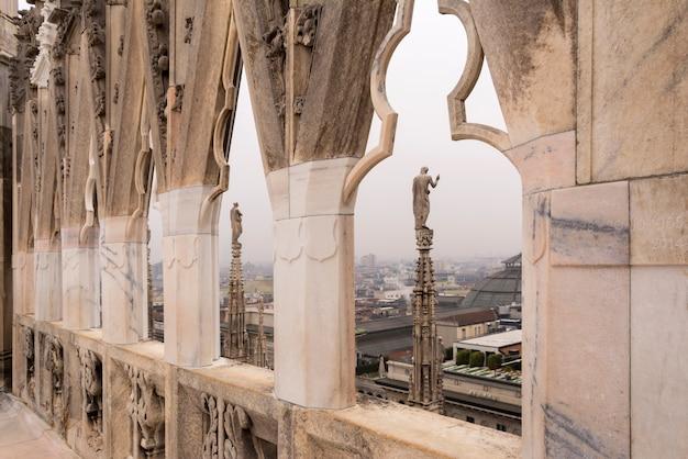 No telhado da catedral de milão, na itália.