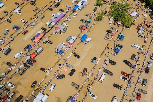 No telhado, vários mercados de pulgas coloridos de compradores e vendedores com vista aérea na englishtown nj, eua