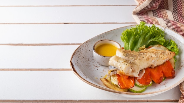 Ñod filé com legumes. prato de peixe. copie o espaço