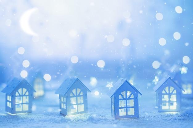 Noite antes do natal. arquitectura da cidade do natal com casas pequenas e festões estrelados.