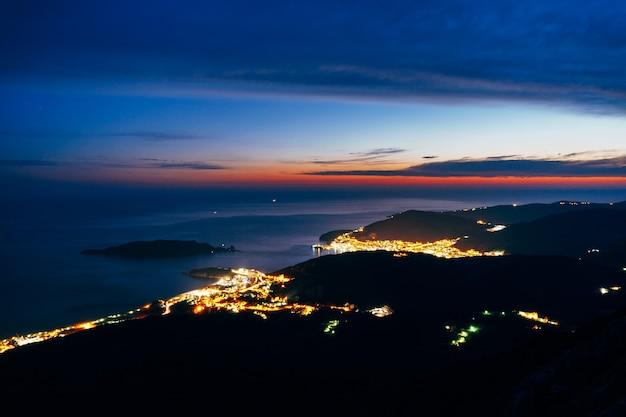 Noite budva montenegro a nova cidade a vista do mais alto