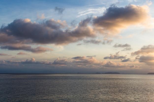 Noite céu azul sobre o mar na reserva marinha