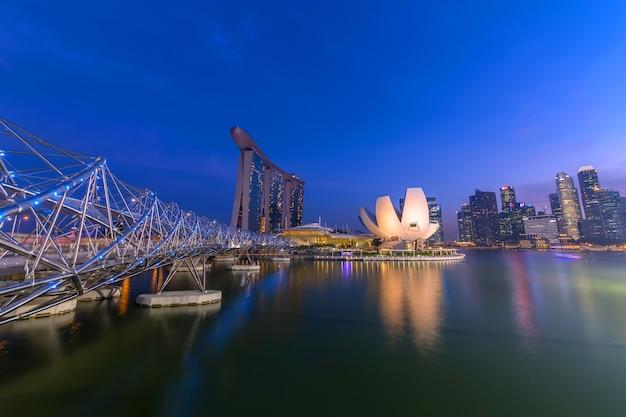 Noite da cidade de singapura com o céu noturno.