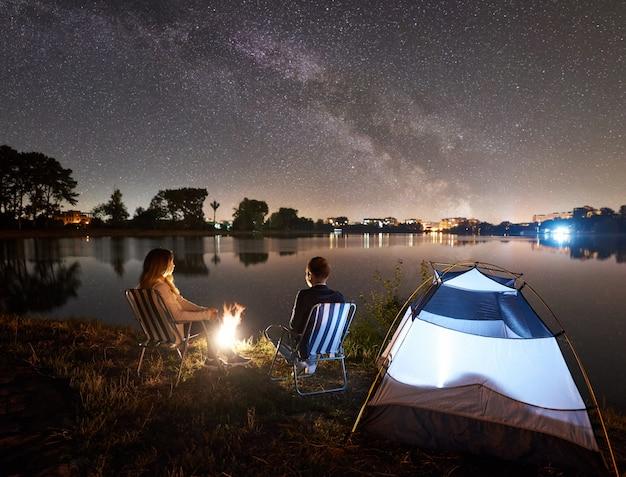 Noite de acampamento na margem do lago