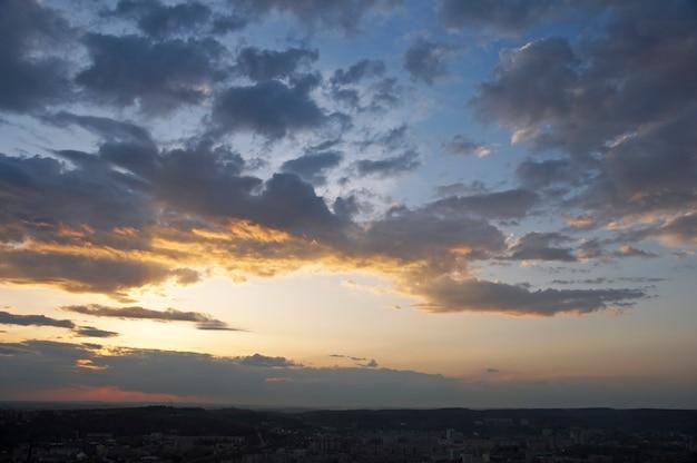 Noite de céu azul com nuvens e vista da cidade de lviv